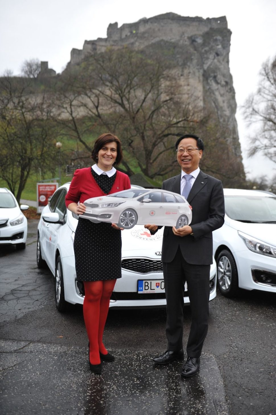 Pani Rosiarová, generálna sektrtárka SČK aDea-Sik Kim, CEO aprezident KMS, predseda správnej rady Nadácie Kia Motors Slovakia