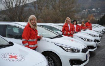 Členovia Slovenského Červeného kríža s novými vozidlami