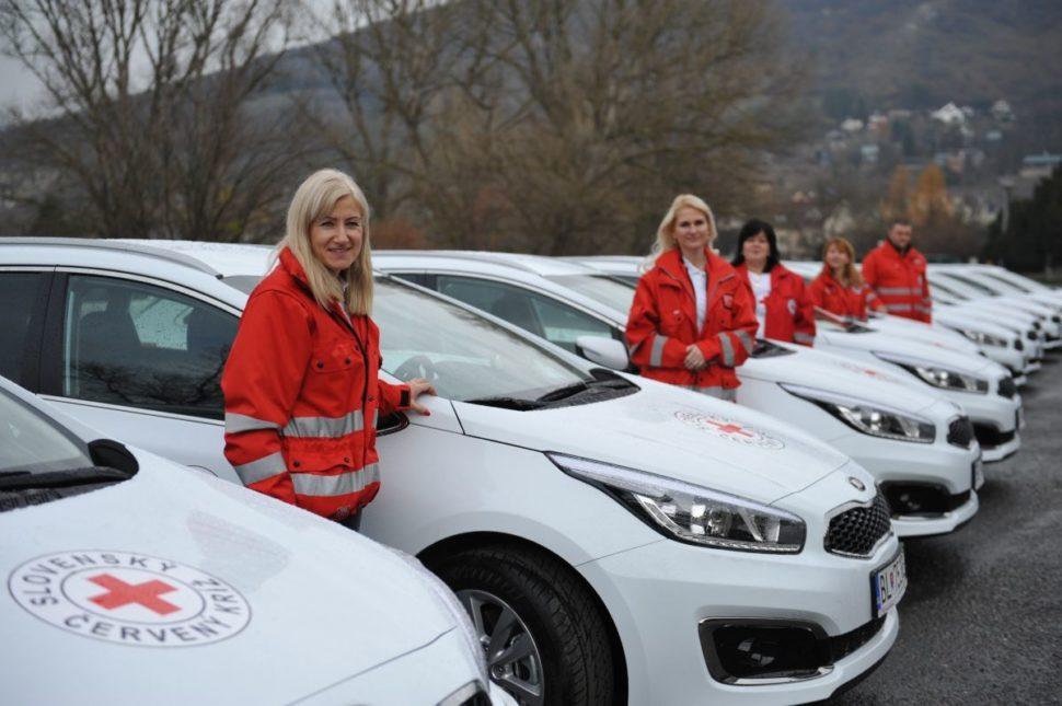Členovia Slovenského Červeného kríža snovými vozidlami